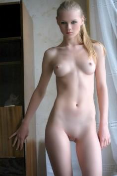 Pikkutyttö alasti