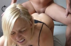 Teinityttö saa kivuliasta anaaliseksiä