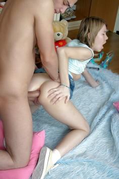 Teinityttö ottaa kyrvän perseeseen