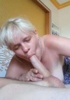 Vaimo ottaa syvälle kurkkuun