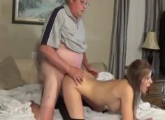 Likainen vanha mies antaa teinille kyytiä