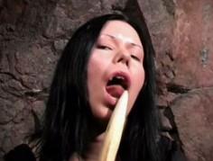 Vampyyri tyttö tyydyttää itseään vaarnalla