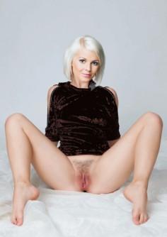 Salatut elämät Isabella Holm alasti