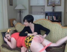 Lihava tytär saa piiskaa äidiltä