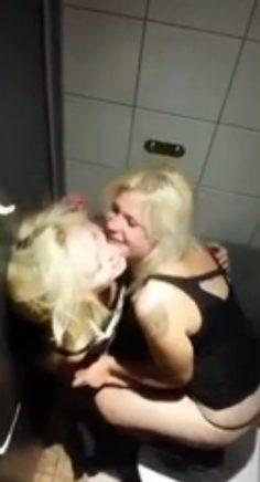 Suomalaiset teinit lesboilee ravintolan vessassa