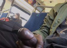 Maahanmuuttaja runkkaa bussissa