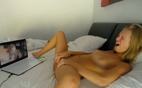 anaaliseksi mies katsoo pornoa