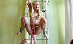 Kiimaiset teinitytöt lesboilee