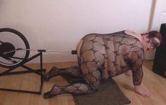 Polkupyörään kiinnitetty dildo saa lihavan naisen huutamaan