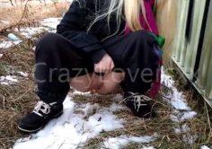 Nuori suomalainen tyttö pissaa vajan takana