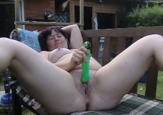 Mummo sauvottaa pillua takapihalla