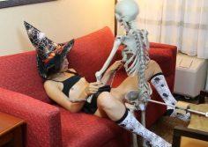 Halloween pornovideo – Luuranko panee naista