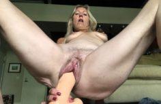 Mummo rassaa reikää dildolla