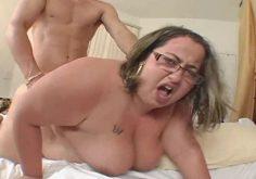 Mies kyntää lihavaa naista