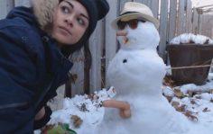 Lumiukko panee teinityttöä