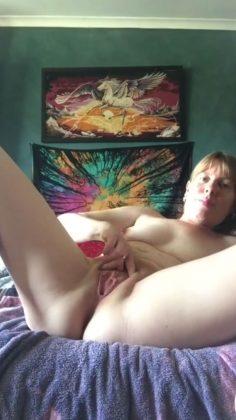 MILF nainen tyydyttää itseään
