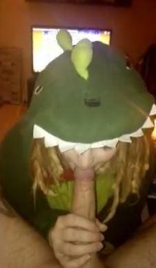 Suomalainen hippi tyttö imuttaa penistä