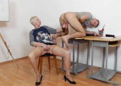 Vanha naisopettaja tyydyttää oppilaansa