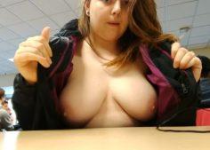 Teinityttö vilauttaa rintansa koulussa